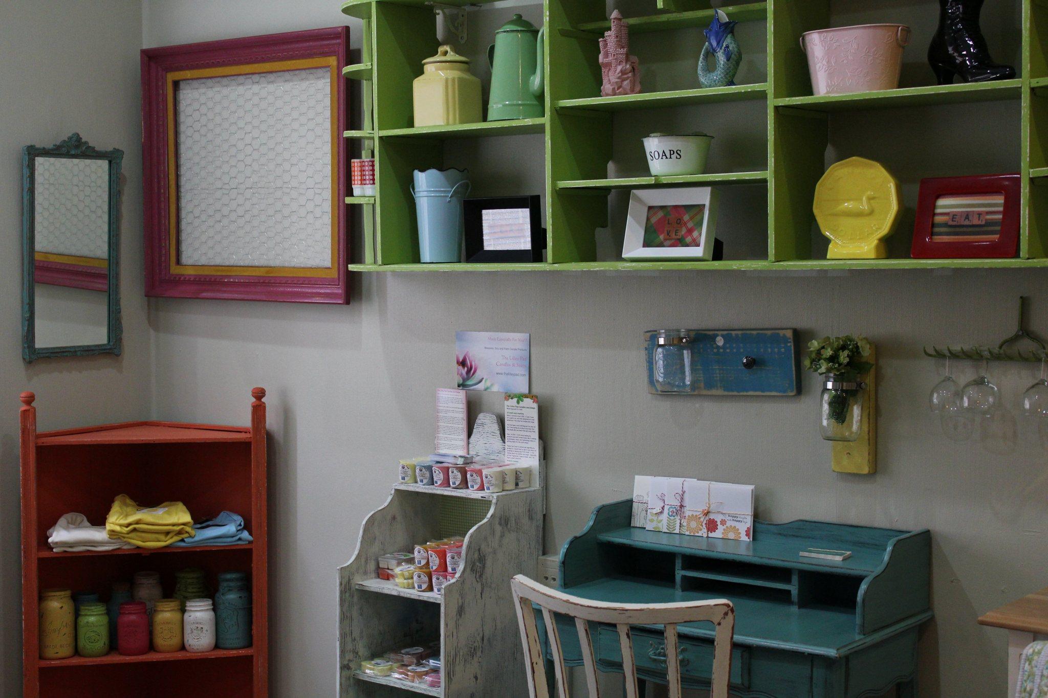 Local vintage repurposed furniture change the code for Escritorio infantil